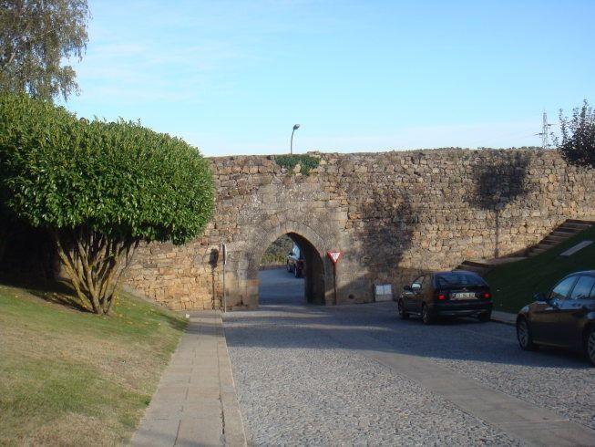 puerta de la muralla prerromanica de miranda do douro