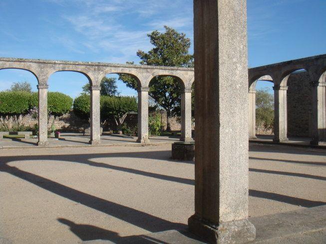 ruinas del palacio episcopal en miranda do douro