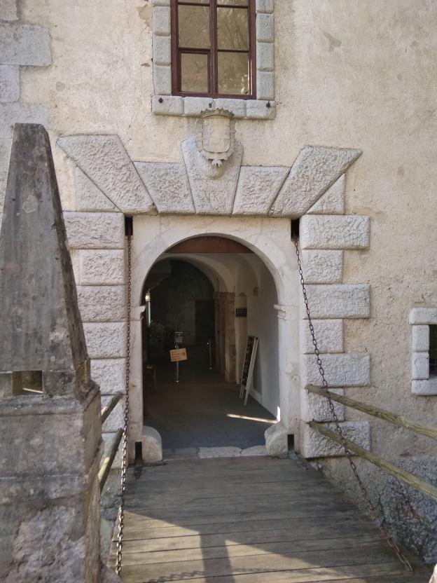 puerta del castillo de predjama
