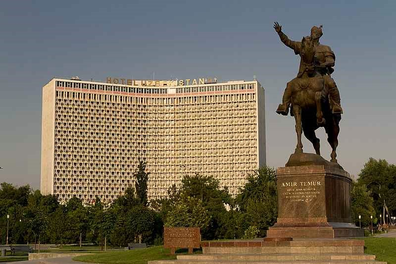 fachada del hotel uzbekistan en tashkent
